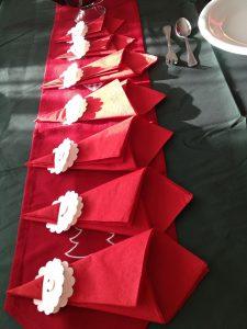 Doblado de servilletas de papel como Santa Claus o Papa Noel