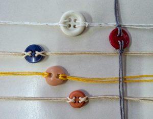 Pulsera de botones e hilos