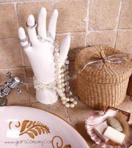 Un soporte para collares y anillos original