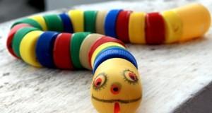 Serpiente de juguete hecha con tapones de refresco